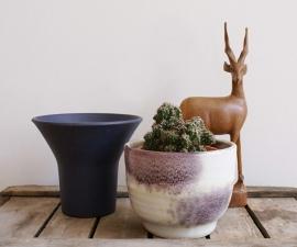 Paars potje van Mobach en een Ravelli bloempot. Retro potten.