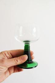 Set van 6 vintage wijnglazen op groene voet. Franse Moezel glaasjes