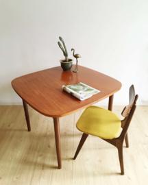 Vintage tafel met uitschuifbaar blad. Houten retro design eettafel.
