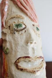 Gekke aardewerk vintage vaas - dame met roze haar. Figuratief design object
