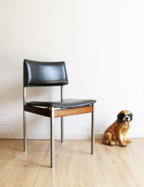 Vintage desk chair met zwart skai en houten details. Retro design stoel.