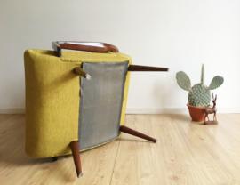 Te gekke vintage fauteuil op slanke pootjes. Retro design stoel