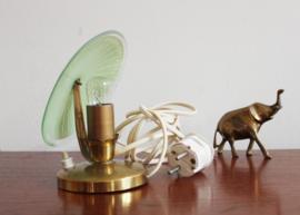 klein Art Deco lampje met groen glazen schijf. Goudkleurig vintage tafellampje