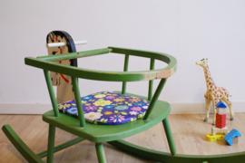 Groen vintage hobbelpaard met retro zitting. Houten schommel dier van OKWA