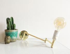 Goud kleurige vintage wandlamp met zwenk-arm. Messing lampje