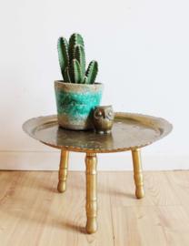 Goud kleurig metalen dienblad op poten. Boho planten tafeltje.