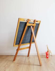 Vintage schoolbord met telraam op ezel. Houten retro krijt / tekenbord