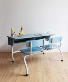 Blauwe vintage schoolbank voor 2. Retro duo-bureau / lessenaar met stoeltjes