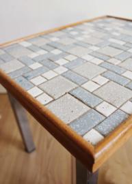 Vintage tafeltje met tegeltjes blad. Retro plantentafel/bijzettafel