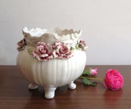 Super-kitsch bloempot met rozen, Capodimonte? Vintage pot met roze bloemen.