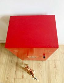 Knal rode vintage kledingkast voor de pop. Houten retro nachtkastje