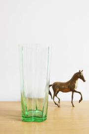 Groene glazen vintage vaas. Origineel retro vaasje van glas