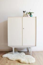 Houten vintage kledingkast.  Retro design kast /high board