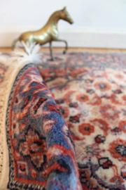 Handgemaakt vintage kleedje met bloemen. Koddig bohemien tapijtje