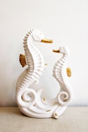 Groot wit vintage zeepaarden beeld. Keramieken zeepaardjes met gouden details