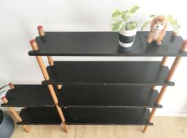Houten vintage stokkenkast. Retro kast / wandmeubel met zwarte planken.