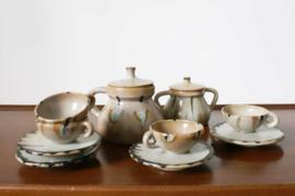 Stenen vintage thee en/ of koffie servies. Aardewerk retro theepot, kopjes en borden