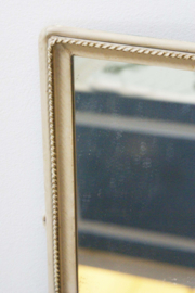 Vintage spiegel in zware lijst. Retro spiegel