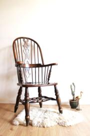 Antieke houten Windsor stoel. Vintage spijlenstoel met armleuning