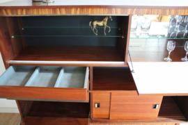 Vintage buffetkast met barretje. Houten retro design kast / wandmeubel