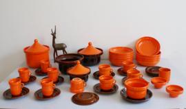Superrr retro servies van Huizen Holland, serie Laren. Oranje /bruin vintage aardewerk servies, driehoek.