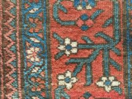 Stoer vintage Perzisch tapijt met bloemen. Handgeknoopt Oosters kleed.