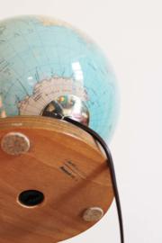 Toffe globe met verlichting op houten voet. Vintage wereldbol met lamp