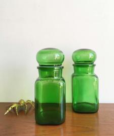 2 groene vierkante apothekers potten. Glazen vintage flessen met stop