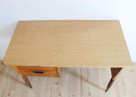 Houten vintage bureau gecombineerd met retro spijlenstoel.