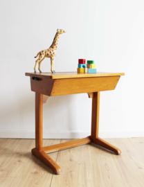 Cool vintage bureau met opklap blad. Houten retro lessenaar.