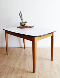 Houten vintage tafel met uitschuifblad. Retro eettafel met formica blad