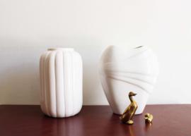 Set witte vintage vaasjes. 2 aardewerk retro vazen