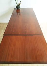 Grote houten vintage tafel. Retro eettafel met uitschuifbare bladen.