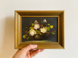 Piep klein bloemstilleven in houten lijst. Olieverf schilderijtje op doek
