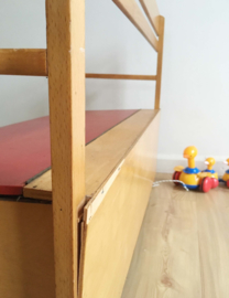 Houten retro kinder klepbank van OKWA. Vintage opberg bank voor kids