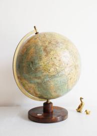 Stoere antieke globe met kompas. Vintage wereldbol.