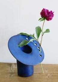 Unieke blauwe aardewerk vintage vaas. Cor Unum?  Retro design vaasje met gaten