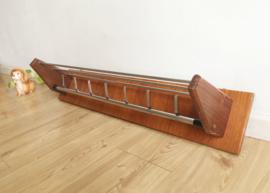 Vintage kapstok van hout en metaal. Wandkapstok met retro design