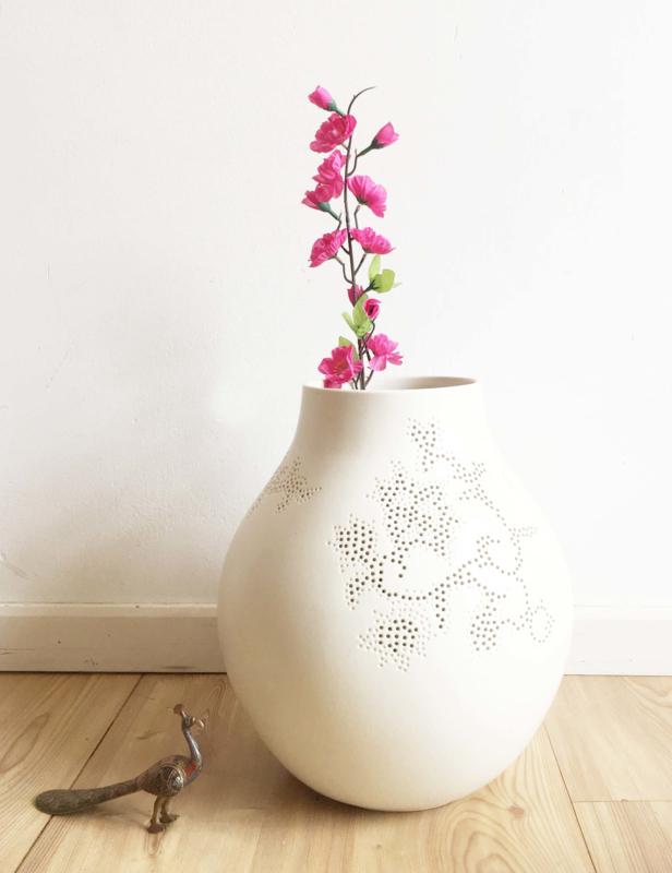 Grote witte Jonsberg vaas met gaatjes patroon. Design Hella Jongerius voor IKEA