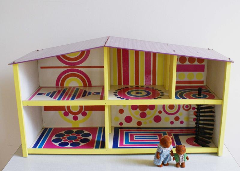 Retro poppenhuis in vrolijke kleuren. Vintage speelhuisje, SIO?