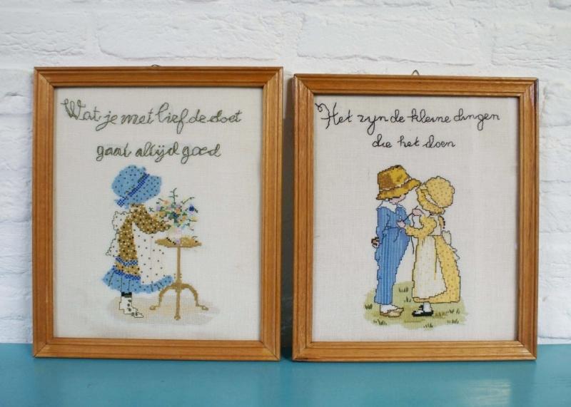 2 geborduurde schilderijtjes. Vintage handwerk Sarah Kay-stijl