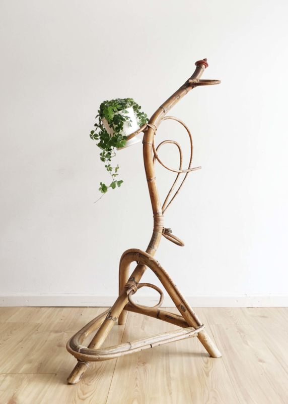 Vintage rotan plantenstandaard. Retro bamboe 'slang' voor plantjes, Bohemian/Ibiza stijl