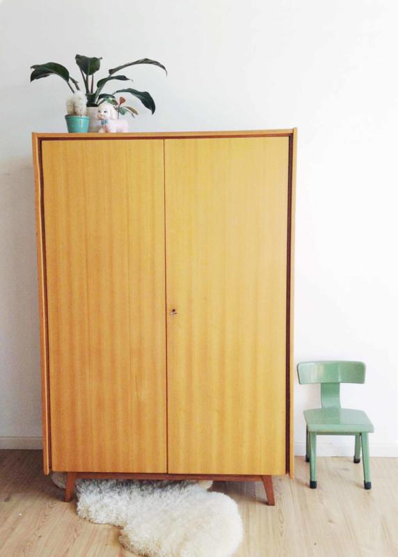 Grote vintage  kledingkast. Toffe houten linnenkast met retro design