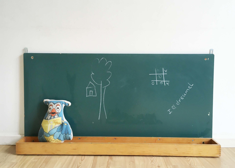 Groot vintage schoolbord. Houten retro krijt / tekenbord