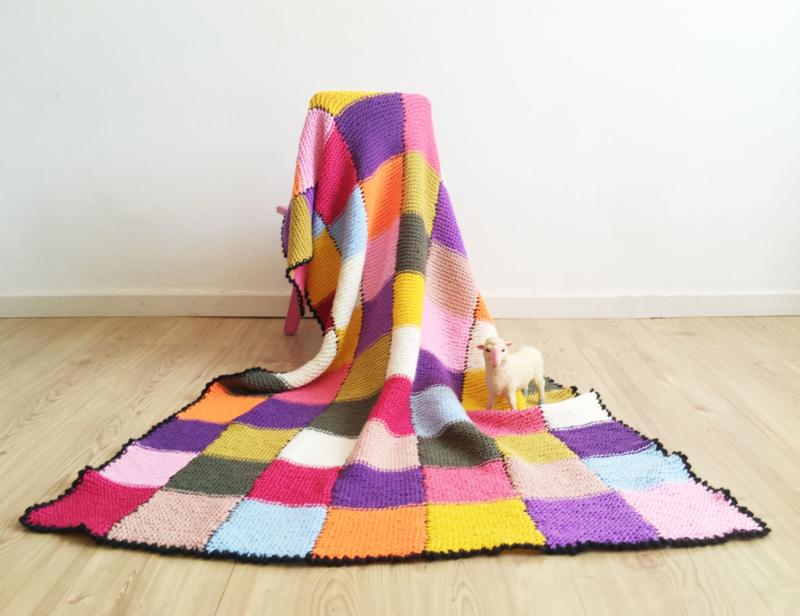 Vrolijke gebreide vintage sprei. Handgemaakte retro lapjes deken