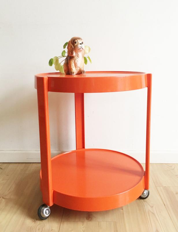 Oranje bijzettafel uit de seventies. Funky vintage trolley / ronde design tafel