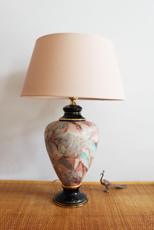Grote vintage tafellamp met roze kap. Keramieken lamp met gouden randje