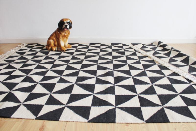 Vintage Kelim vloerkleed, zwart/creme. Geweven tapijt met grafisch patroon.