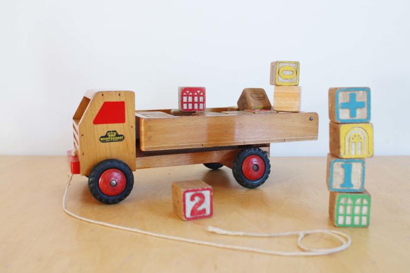 Houten vintage kiepwagen met blokken. Retro vrachtwagen / blokkendoos