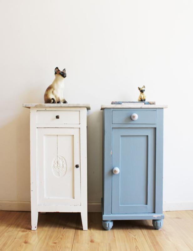 Set houten vintage nachtkastjes met marmeren blad. Wit en blauwe antieke kastjes